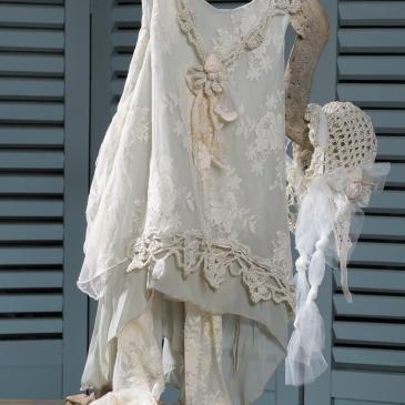 #vaftisi #vaftistika #koritsi #christening #girl #neverland'Ενα ασυνήθιστο σύνολο με έντονο vintage χαρακτήρα σε παστελ χρώματα που περιλαμβάνει: ασύμμετρο φόρεμα (φόδρα από 100% βαμβάκι) με δαντέλες και πλεκτές λεπτομέρειες δαντελένιο κολλάν- παντελόνι καπελάκι πλεγμένο στο χέρι με βελονάκι και στολισμένο με τούλι παπουτσάκι διακοσμημένο με ασορτί δαντέλα Φορέστε το σύνολο, σκεφτείτε κάτι υπέροχο και αφήστε τη μαγική σκόνη να σας μεταφέρει στη Χώρα του Ποτέ.