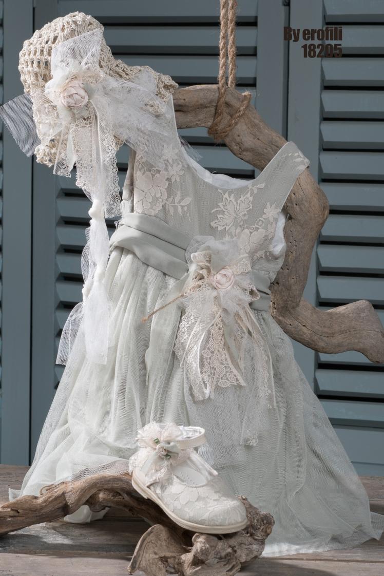 #vaftisi #koritsi #vaftistika #dantela #tulle Ένα απαλό σύνολο σε γκρι-γαλάζιο που φλερτάρει με τις κλασσικές γραμμές και περιλαβάνει: φόρεμα (φόδρα από 100% βαμβάκι) με φαρδύ ζωνάκι και αέρινο τούλι καπελάκι πλεγμένο στο χέρι με βελονάκι και διακοσμημένο με τούλι και δαντέλα παπουτσάκια στολισμένα στο χέρι με δαντέλα Για τις πιο κομψές εμφανίσεις των μικρών δεσποινίδων, καθώς πίνουν το τσάι τους με τον Τρελοκαπελά.
