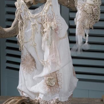 #vaftistika #vaptistika #koritsi Ένα καλοκαιρινό παιχνιδιάρικο σύνολο που περιλαμβάνει: Ασύμμετρο φόρεμα (φόδρα από 100% βαμβάκι) με λεπτομέρειες πλεγμένες με βελονάκι και δαντέλα Καπελάκι πλεγμένο στο χέρι με βελονάκι και διακοσμημένο με δαντέλες και τούλι Εσπαντρίγιες φτιαγμένες στο χέρι με βελονάκι Για τις μικρές νεράιδες που ζουν σε κάθε σπίτι και μας υπενθυμίζουν να γινόμαστε παιδιά.