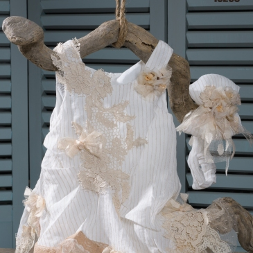 #vaftistiko #forema #koritsi #vaptistika Ένα κομψό ανοιχτόχρωμο σύνολο με πινελιές από πουά τούλι που περιλαμβάνει: Φόρεμα (φόδρα από 100% βαμβάκι) από ριγέ μουσελίνα με δαντελένιες λεπτομέρειες Κορδέλα από ασορτί μουσελίνα διακοσμημένη με τούλι και δαντέλα Μια πολύ άνετη εμφάνιση, για τις πιο γλυκές μικρές μας φίλες. Τιμή: 200 Ε