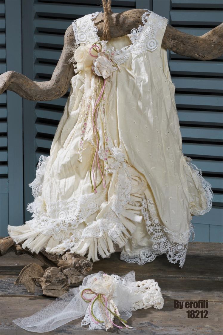 Βαφτιστικό φόρεμα για κορίτσι Byerofili Πεντάμορφη , Ένα φανταχτερό σύνολο σε τόνους απαλού κίτρινου που περιλαμβάνει: Φόρεμα από βαμβακερή δαντέλα (φόδρα από 100% βαμβάκι) με υφασμάτινα λουλούδια που καταλήγει σε πλούσια, γεμάτη φούστα με δαντελένιες λεπτομέρειες. Κορδέλα πλεγμένη στο χέρι με βελονάκι με ασορτί λεπτομέρειαασύμμετρο με δαντέλα και λουλούδιαα