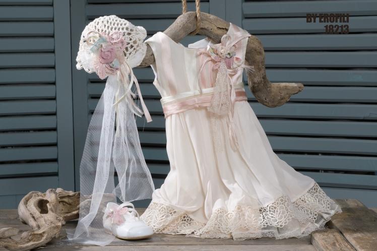 #vaftisi #vaftistika #koritsi #roz Ένα περιποιημένο σύνολο για μικρές κοκέτες που περιλαμβάνει: Φόρεμα αμπίρ (φόδρα από 100% βαμβάκι) από μουσελίνα και δαντέλα σε γλυκούς τόνους του ροζΚαπελάκι πλεγμένο στο χέρι με βελονάκι με μακριές τούλινες ουρές Μπαλαρίνα διακοσμημένη με ασορτί λουλούδι Μια εμφάνιση φινετσάτη που δεν αφήνει περιθώρια για ξεκούραση στους πρίγκιπες.