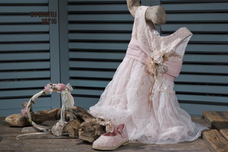 Ένα αέρινο βαφτιστικό σύνολο για κορίτσι που φλερτάρει με τις κλασσικές γραμμές και περιλαμβάνει: Φόρεμα (φόδρα από 100% βαμβάκι) με δαντελένιο μπούστο που το πλαισιώνεται από ζωνάκι με υφασμάτινο λουλούδι και καταλήγει σε απαλή τούλινη φούστα Στεφάνι με λουλούδια Ροζ μπαλαρίνες με ασορτί δαντέλα Για τις μικρές μας φίλες που πιάνουν εύκολα φιλίες με αρκούδους. Διαθέσιμο σε όλα τα νούμερα κατόπιν παραγγελίας. #vaftisi #vaptisi #vaftistika #vaptistika #koritsi