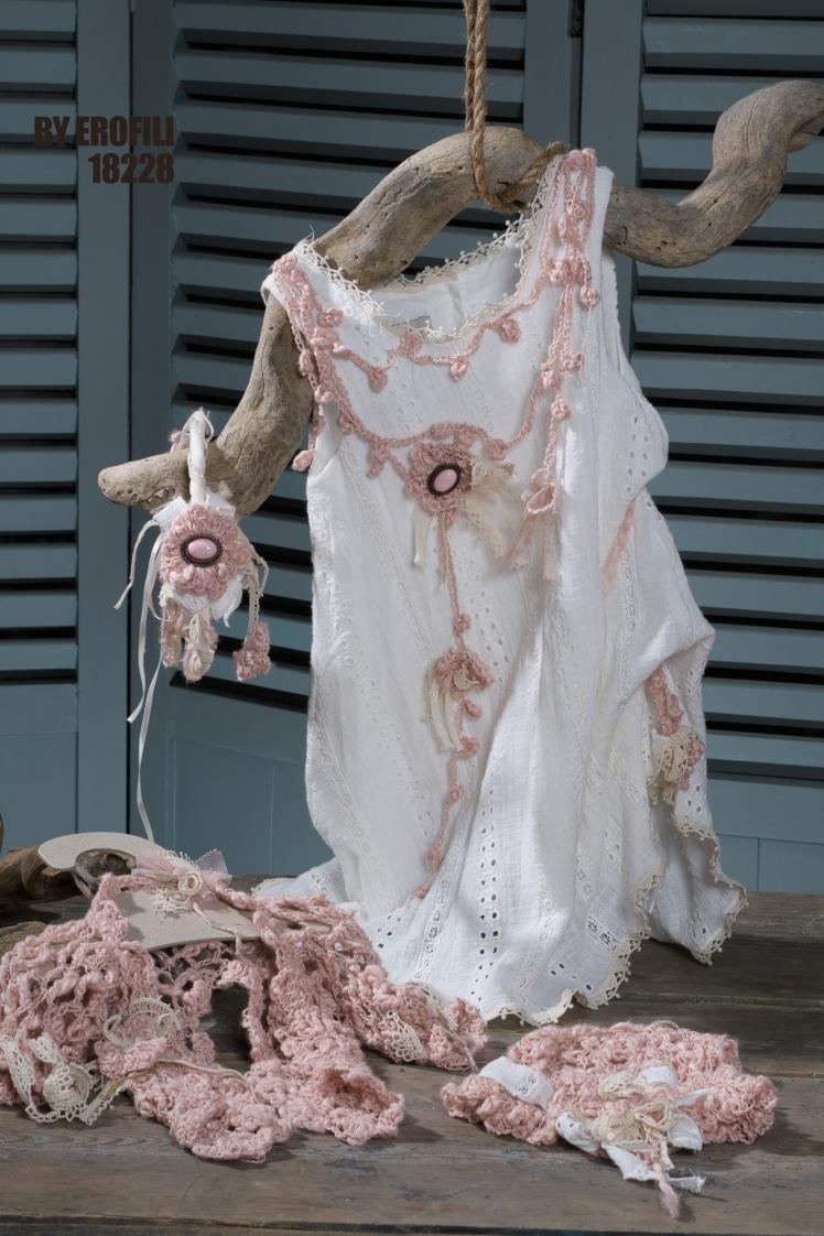 #vaftistika #vaptistika #koritsi Ένα εναλλακτικό vintage σύνολο σε αποχρώσεις του λευκού και του ροζ που περιλαμβάνει: Φόρεμα (φόδρα από 100% βαμβάκι) από βαμβακερή δαντέλα με γιακάπλεγμένο στο χέρι με βελονάκι και λεπτομέρειες εκρού δαντέλας Στεφάνι για τα μαλλιά με ασορτί πλεκτή λεπτομέρεια Μπολερό πλεγμένο στο χέρι με βελονάκι και λεπτομέρειες από δαντέλα Καπελάκι ροζ πλεγμένο στο χέρι με βελονάκι Για τις μικρές βασίλισσες της θαλάσσιας αύρας. Τιμή: 196 Ε + 48 Ε μπολερό