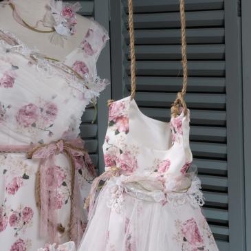 Floral matching dresses for mom and daughter Ασσορτί φορέματα για μαμά και κόρη ή νονά και βαφτιστήρα Ένα εκφραστικό κομμάτι από φλοράλ μουσελίνα με ιδιαίτερη λεπτομέρεια στον ώμο. Ακολουθώντας τις διαχρονικά θηλυκές γραμμές της δεκαετίας του '50, αυτό το φόρεμα ταιριάζει απόλυτα στη γυναικεία σιλουέτα και προσδίδει χάρη και ελαφρότητα στην κίνηση. #vaptisi #vaftisi #vaftistika #retrowedding