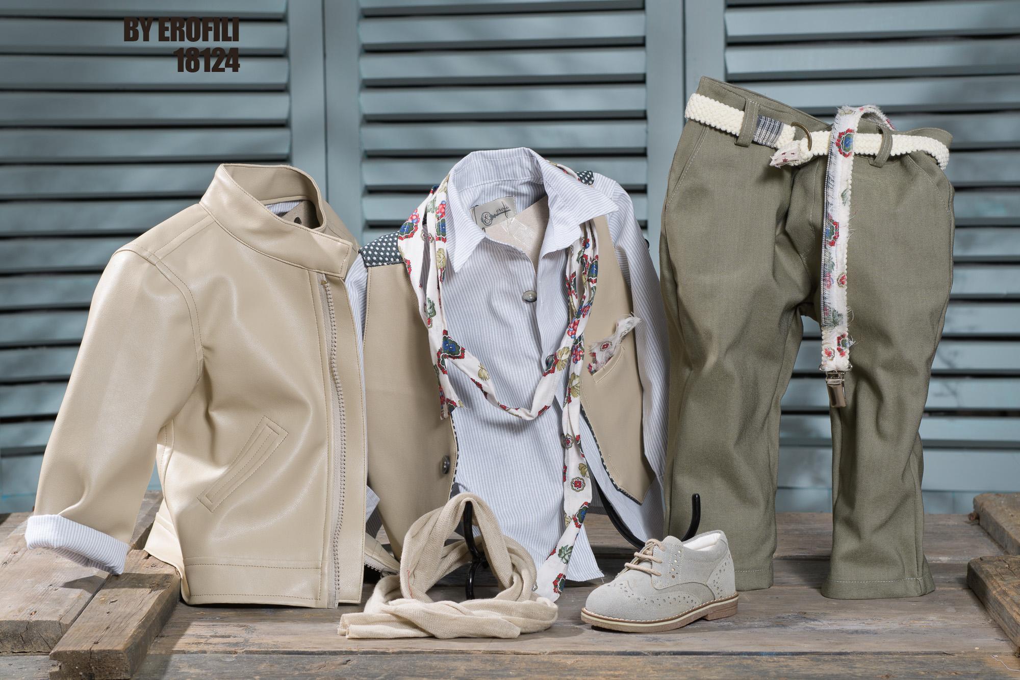 Ένα φίνο σετ σε αποχρώσεις εκρού και λαδί που περιλαμβάνει:Βαμβακερό πουκάμισο με λεπτή ρίγαΦουλάρι αντρικόΔερμάτινο τζάκετΓκιλέκο με διχρωμία (εκρού-πουά)Παντελόνι από λαδί καπαρντίνα με ζώνη ή τιράντεςΠαπούτσι σουέντ χειροποίητο με κορδόνιαΓια τους μικρούς ήρωες που δεν φοβούνται να ανέβουν ως τα σύννεφα!Τιμή: 200 Ε + 65 E παπουτσάκια + 50 Ε τζάκετ