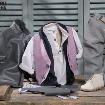 Ένα ξεχωριστό σετ σε αποχρώσεις γκρίζου και λιλά που περιλαμβάνει:Βαμβακερό λευκό πουκάμισοΔερμάτινο τζάκετΦουλάρι αντρικόΓιλέκο με διχρωμία (λιλά-γκρι ή σκούρο-ανοιχτό γκρι)Γκρι παντελόνι από καπαρντίνα με ζώνη ή τιράντεςΜποτάκι μπεζ χειροποίητοΓια τους κομψούς ξωτικοάρχοντες της καρδιάς μας!