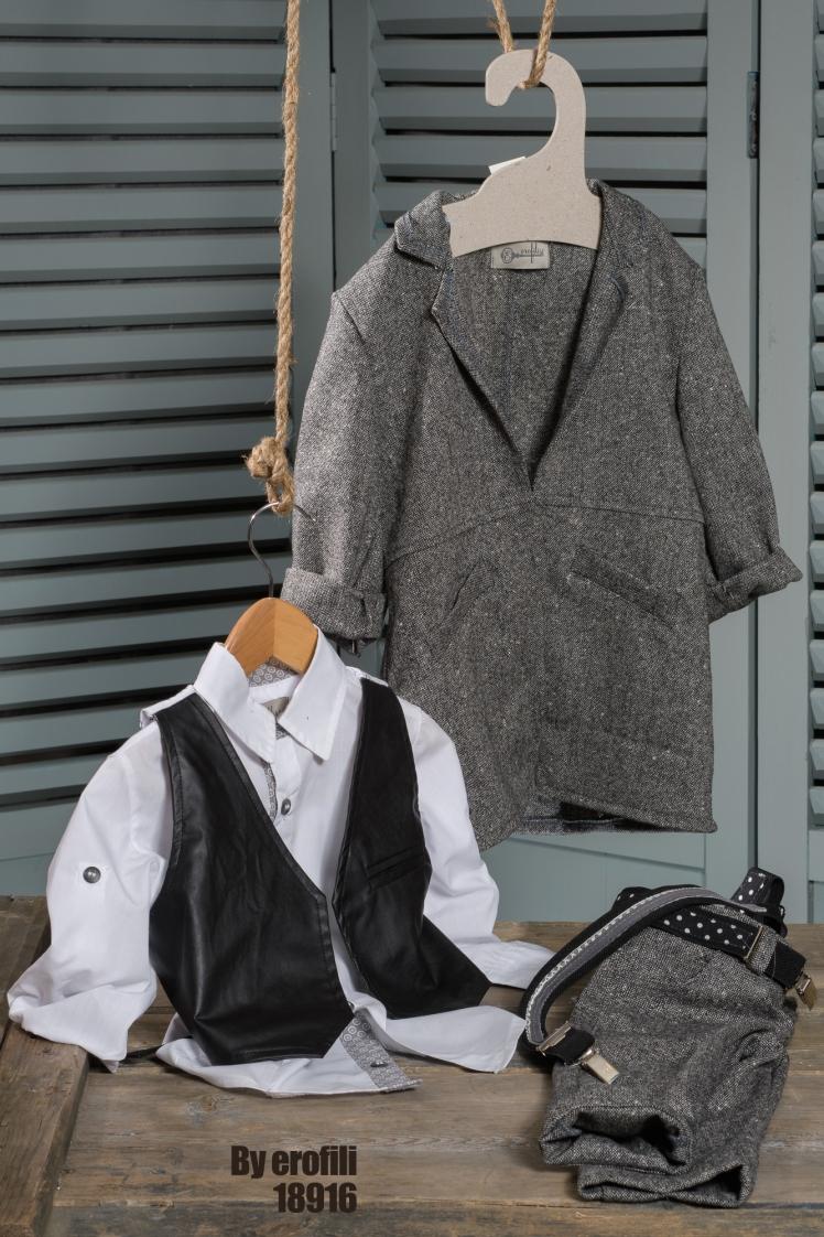Ένα φιλμ νουάρ σετ σε αποχρώσεις γκρίζου και μαύρου που περιλαμβάνει:Βαμβακερό λευκό πουκάμισοΜάλλινο παλτόΓιλέκο από δερματίνηΜάλλινο γκρι παντελόνι με ζώνη ή τιράντεςΓια τους πολυμήχανους αστυνόμους που πάντα βρίσκουν τη λύση!Τιμή: 200 Ε + 70 E παλτό