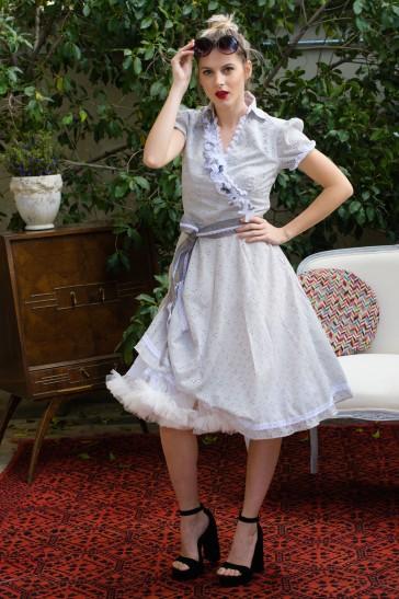 Victoria retro fullskirt wedding or formal dress byerofili Ένα απολαυστικά ρετρό κομμάτι, που σε ταξιδεύει αμέσως στη δεκαετία του ΄50. Οι δαντελένιες λεπτομέρειες προσθέτουν ρομαντικές νότες και η κίνηση απογειώνεται με το πλούσιο φουρώ. Το πατρόν τονίζει άψογα τη γυναικεία σιλουέτα, προσδίδοντας κομψότητα και εκλεπτυσμένο στυλ. #vintage #alternativewedding #pinup
