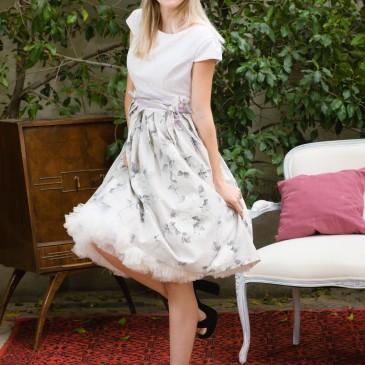 Chloe pettycoat dress retro wedding gown byerofili Ένα φλοράλ φόρεμα σε απαλές αποχρώσεις με μαγική διάθεση. Η θηλυκή 50's γραμμή του κολακεύει τη σιλουέτα και η δαντέλα αποπνέει αθωότητα και γοητεία. Ένα κομμάτι μοναδικό και πλούσιο, που υποστηρίζει την εμφάνιση χωρίς περιττά αξεσουάρ. #50's #retrostyle #mommyandme #alternativewedding