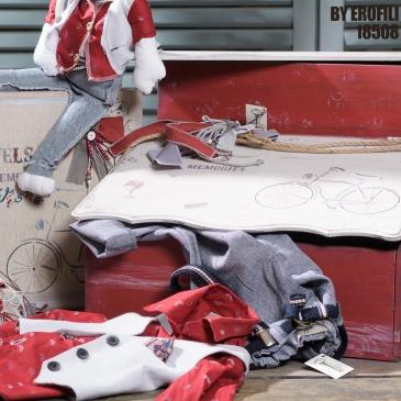 Ένα υπερπλήρες σετ βάπτισης με vintage ποδήλατα. Περιλαμβάνει: Κουτί βάφτισης ζωγραφισμένο στο χέρι Κουτί μαρτυρικών (μπαουλάκι) ζωγραφισμένο στο χέρι Λαμπάδα με φιόγκο και χειροποίητη διακόσμηση Λαδοσέτ με θήκη Μπομπονιέρες Κούκλα πάνινη Για να γυρίσετε τον κόσμο με στυλ! Ένα πλήρες σετ βάφτισης με κουτί, λαμπάδα, κεριά, πετσέτες, λαδοσέτ, λαδόπανα και 50 μαρτυρικά σε κουτί ξεκινάει από 390 Ε