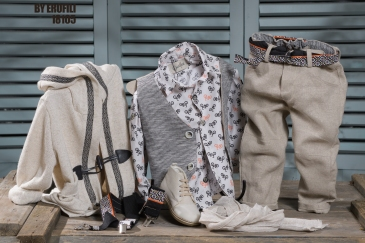 Ένα άνετο σετ σε αποχρώσεις εκρού και γκρι που περιλαμβάνει:Βαμβακερό λευκό πουκάμισο με print από ποδήλαταΔίχρωμο γιλέκοΦουλάρι αντρικόΠαντελόνι λινό εκρούΤιράντες με εμρπιμές λεπτομέρεια ή ζώνηΆνετη ζακέτα με κουκούλαΜποτάκιΓια τους πιο αεικίνητους και κομψούς κοσμοπολίτες !Τιμή: 190 Ε + ζακέτα 43 Ε + μποτάκι 65 Ε