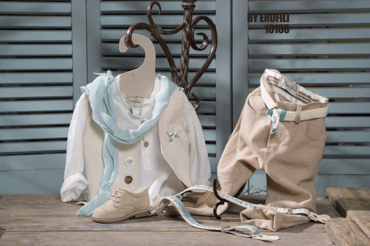 Ένα φωτεινό βαφτιστικό σετ για αγόρι σε αποχρώσεις εκρού και μπεζ που περιλαμβάνει: Λευκο πουκάμισο με εθνικ λαιμόκοψη Δίχρωμο γιλέκο με ιδιαίτερα κουμπιά Φουλάρι αντρικό Παντελόνι λινό μπεζ Ζώνη ή τιράντες Μποτάκι Για τους λαμπερούς πρίγκιπες της οικογένειας! Τιμή: 165 Ε + μποτάκι 65 Ε Διαθέσιμο σε όλα τα νούμερα κατόπιν παραγγελίας. Εαν επιθυμείτε κάτι ακόμα πιο ιδιαίτερο επικοινωνήστε μαζί μας και θα χαρούμε να το δημιουργήσουμε αποκλειστικά για εσάς.