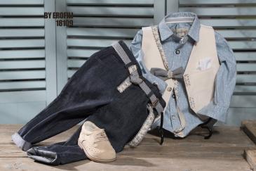 Ένα αξιολάτρευτο βαφτιστικό σετ για αγόρι σε αποχρώσεις μπεζ και γαλάζιου που περιλαμβάνει: Γαλάζιο πουκάμισο με print από βέλη Δίχρωμο γκιλέκο με ιδιαίτερες λεπτομέρειες Παπιγιόν Παντελόνι τζην Ζώνη ή τιράντες Μποτάκι