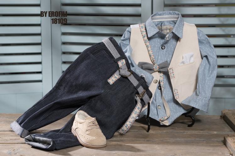 Ένα αξιολάτρευτο βαφτιστικό σετ για αγόρι σε αποχρώσεις μπεζ και γαλάζιου που περιλαμβάνει: Γαλάζιο πουκάμισο με print από βέλη Δίχρωμο γιλέκο με ιδιαίτερες λεπτομέρειες Παπιγιόν Παντελόνι τζην Ζώνη ή τιράντες Μποτάκι