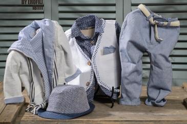 Ένα φρέσκο βαφτιστικό σετ για αγόρι σε αποχρώσεις μπεζ και γαλάζιου που περιλαμβάνει: Πουκάμισο με λευκό-μπλε print Δίχρωμο γκιλέκο με ιδιαίτερες λεπτομέρειες Φουλάρι αντρικό Παντελόνι λινο Ζώνη ή τιράντες Ζακέτα λευκή με γαλάζια φόδρα Ψάθινο καπέλο