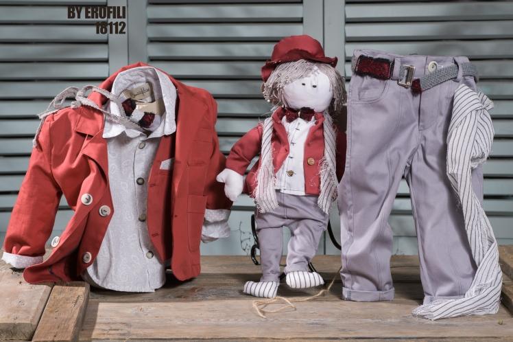 Ένα γουστόζικο βαφτιστικό σετ για αγόρι που περιλαμβάνει: Πουκάμισο με λευκό-γκρι print Παπιγιόν Παντελόνι καπαρτνίνα Γιλέκο Ζώνη ή τιράντες Σακάκι Φουλάρι αντρικό Κούκλα Charlie Για τους αστείους γαλαντόμους! Τιμή: 200 Ε Διαθέσιμο σε όλα τα νούμερα κατόπιν παραγγελίας. Εαν επιθυμείτε κάτι ακόμα πιο ιδιαίτερο επικοινωνήστε μαζί μας και θα χαρούμε να το δημιουργήσουμε αποκλειστικά για εσάς.