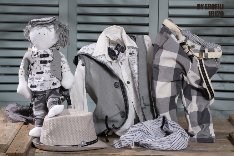 Byerofili Ένα αυθάδικο ασπρόμαυρο σετ βάφτισης για αγόρι με διαφορετικά prints : Βαμβακερό λευκό πουκάμισο Δίχρωμο γιλέκο με κουκούλα Φουλάρι αντρικό Παπιγιόν Παντελόνι καρό Τιράντες ή ζώνη Άνετη ζακέτα με κουκούλα Ψάθινο καπέλο Για τους πιο χαριτωμένους σκανταλιάρηδες ! Τιμή: 210 Ε Διαθέσιμο σε όλα τα νούμερα κατόπιν παραγγελίας. Εαν επιθυμείτε κάτι ακόμα πιο ιδιαίτερο επικοινωνήστε μαζί μας και θα χαρούμε να το δημιουργήσουμε αποκλειστικά για εσάς. #vaftisi #vaftistika