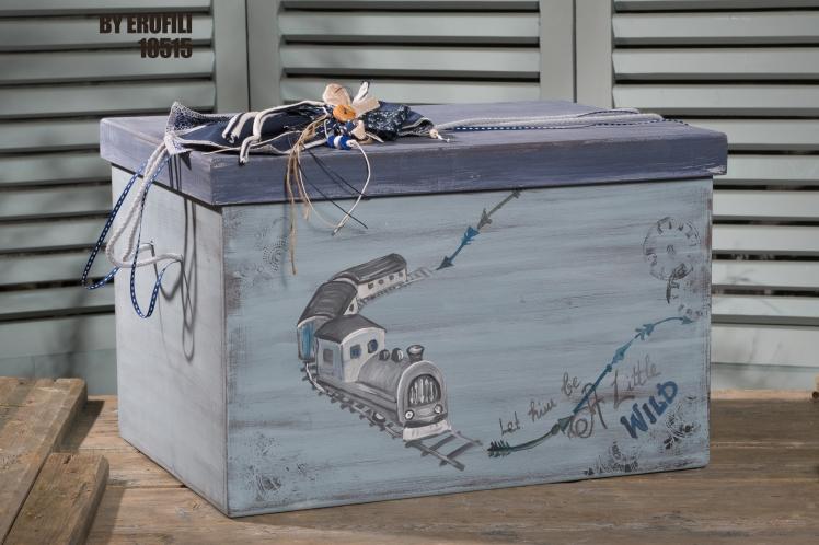 Ένα νοσταλγικό σετ βάπτισης με θέμα τα τρένα. Περιλαμβάνει:      Κουτί βάφτισης ζωγραφισμένο στο χέρι     50 Μαρτυρικά  Για ακούραστους οδηγούς!   Ένα πλήρες σετ βάφτισης με κουτί, λαμπάδα, κεριά, πετσέτες, λαδοσέτ, λαδόπανα και 50 μαρτυρικά σε κουτί ξεκινάει από 390 Ε  Εαν επιθυμείτε κάτι ακόμα πιο ιδιαίτερο επικοινωνήστε μαζί μας και θα χαρούμε να το δημιουργήσουμε αποκλειστικά για εσάς.