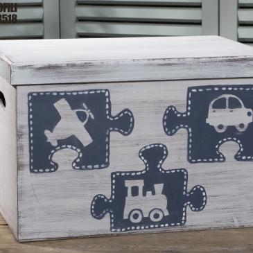 Ένα διασκεδαστικό κουτί βάφτισης ζωγραφισμένο στο χέριμε θέμα τα παιδικά παιχνίδια. Για τους πιο μικρούς λάτρεις των παζλ! Ένα πλήρες σετ βάφτισης με κουτί, λαμπάδα, κεριά, πετσέτες, λαδοσέτ, λαδόπανα και 50 μαρτυρικά σε κουτί ξεκινάει από 390 Ε Εαν επιθυμείτε κάτι ακόμα πιο ιδιαίτερο επικοινωνήστε μαζί μας και θα χαρούμε να το δημιουργήσουμε αποκλειστικά για εσάς.