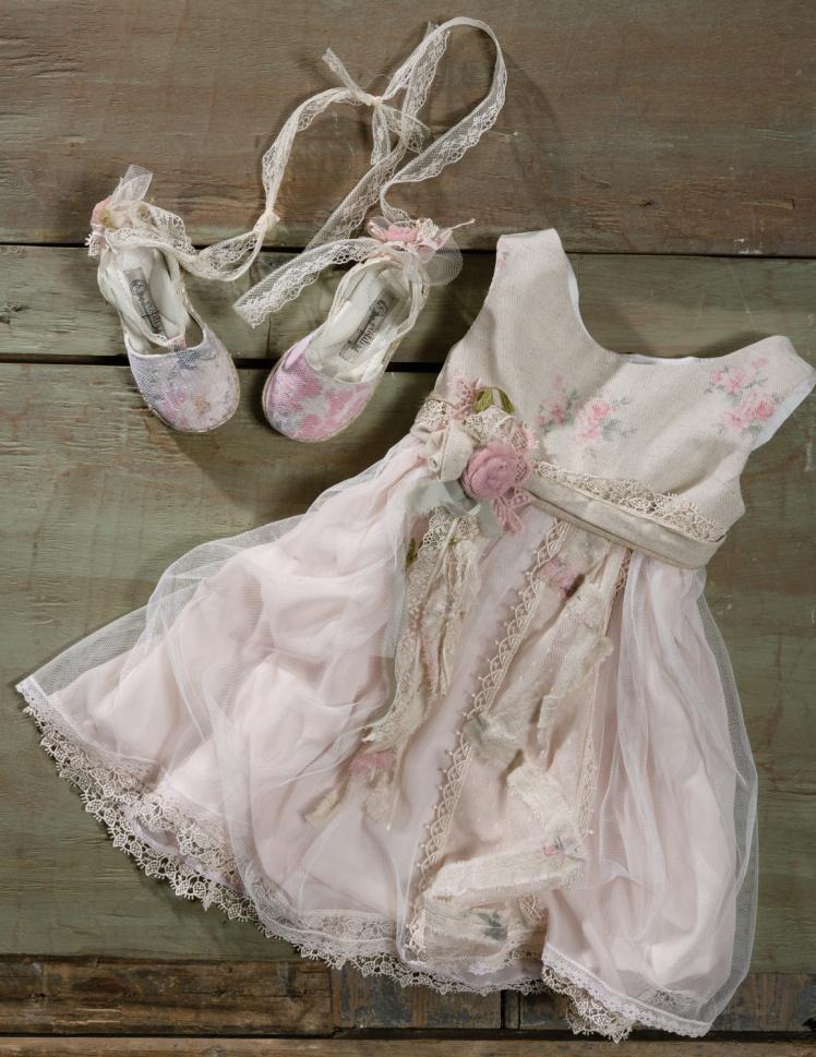 #vaftisi #vaftistika #vaptistika #koritsi #christening #girl Ένα βαφτιστικό σύνολο για κορίτσι σε παστέλ ροζ που περιλαμβάνει: Φόρεμα (φόδρα από 100% βαμβάκι) με απαλό εμπριμέ μπούστο, και στρώσεις από τούλι και δαντέλες που φοριέται με ζωνάκι Καπελάκι φτιαγμένο στο χέρι με βελονάκι Εσπαντρίγιες με ασορτί λουλούδια Για τις πιο στοργικές