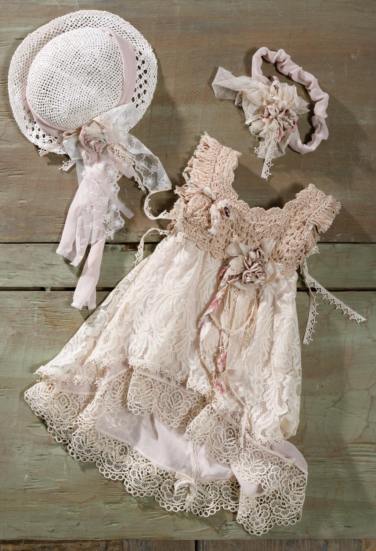 #βαφτιστικά #vaftistika #vaftisi #boho  Ένα βαφτιστικό σύνολο για κορίτσι με vintage boho αισθητική που περιλαμβάνει: Φόρεμα (φόδρα από 100% βαμβάκι) με μπούστο πλεγμένο με βελονάκι, χειροποίητα λουλούδια και φούστα από στρώσεις κρεμ δανέλαςΚαπελάκι ψάθινο ή κορδέλα με ασορτί λουλούδια και δαντέλαΓια τις πιο ιδιαίτερες μικρές fashionistas.Tιμή: 189 ΕΔιαθέσιμο σε όλα τα νούμερα κατόπιν παραγγελίας.