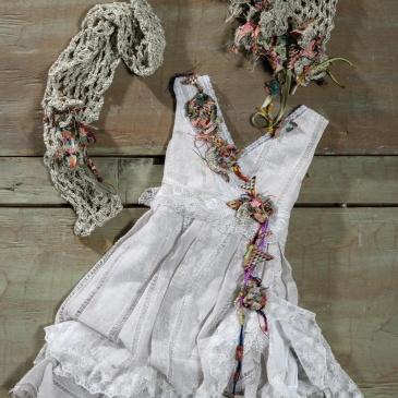 Ένα boho chic βαφτιστικό σύνολο για κορίτσι που περιλαμβάνει: Φόρεμα (φόδρα από 100% βαμβάκι) με στρώσεις από δαντέλα και πολύχρωμη χειροποίητη λεπτομέρεια που το διατρέχει από τον ώμο ως τη φούστα Καπελάκι πλεγμένο στο χέρι με βελονάκιΔυνατότητα για συνδυασμό με μπολερό ή γιλεκάκι από βελονάκι Για τις ατίθασες και τολμηρές μικρές εξερευνήτριες. Tιμή: 195 Ε (δεν περιλαμβάνεται το μπολερό) Διαθέσιμο σε όλα τα νούμερα κατόπιν παραγγελίας.