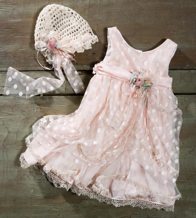#vintage #pink #christening dress #polkadot #lace Ένα απέριγραπτα γλυκό σύνολο που περιλαμβάνει: Φόρεμα (φόδρα από 100% βαμβάκι) σε απαλό ροζ με στρώσεις από πουά δαντέλα και ζώνη με υφασμάτινο λουλούδι Καπελάκι πλεγμένο στο χέρι με βελονάκι και διακοσμημένο με ασορτί λουλούδι Για τις αθεράπευτα γοητευτικές μικρές υπάρξεις! Τιμή: 190 Ε