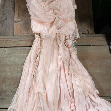 Ένα αυθεντικά boho φόρεμα σε απαλό ροζ με πολλές μοναδικές λεπτομέρειες : δαντελένιο μπούστο, χειροποίητα υαφασμάτινα λουλούδια και κορδέλες. Η πολυεπίπεδη σιλουέτα του προσδίδει ανεμελιά και γοητεία. Ένα κομμάτι εξαιρετικά ιδιαίτερο, που θα δώσει ονειρεμένη διάθεση σε οποιαδήποτε πρίσταση. #wedding gown #flowergirl #bridesmaid #pink