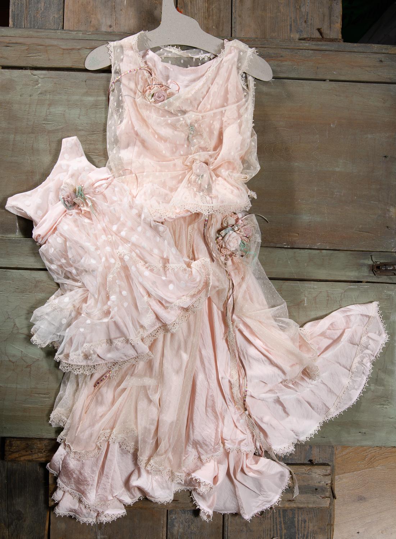 Ένα αυθεντικά boho  φόρεμα σε απαλό ροζ με πολλές μοναδικές λεπτομέρειες : δαντελένιο μπούστο, χειροποίητα υαφασμάτινα λουλούδια και κορδέλες. Η πολυεπίπεδη  σιλουέτα του  προσδίδει ανεμελιά και γοητεία. Ένα κομμάτι εξαιρετικά ιδιαίτερο, που θα δώσει ονειρεμένη διάθεση σε οποιαδήποτε περίσταση. Συνδυάζεται με το ασορτί παιδικό σύνολο #μαμακαικορη #mommyandme #minime #matchingstyle #familook