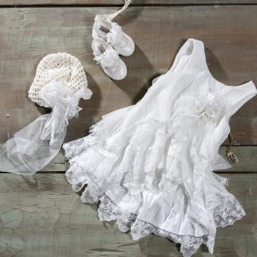 #vintage #tule #lace #girlchristening Ένα κοκέτικο βαφτιστικό σύνολο για κορίτσι με ασύμμετρο τελείωμα που περιλαμβάνει: Φόρεμα (φόδρα από 100% βαμβάκι) με στρώσεις από δαντέλα και τούλι και ασύμμετρο τελείωμα Καπελάκι πλεγμένο στο χέρι με βελονάκι Λευκές μπαλαρίνες Για τις φαν της δαντελένιας αφθονίας! Τιμή: 180 Ε + 60 Ε μπαλαρίνες Διαθέσιμο σε όλα τα νούμερα κατόπιν παραγγελίας. Εαν επιθυμείτε κάτι ακόμα πιο ιδιαίτερο επικοινωνήστε μαζί μας και θα χαρούμε να το δημιουργήσουμε αποκλειστικά για εσάς.