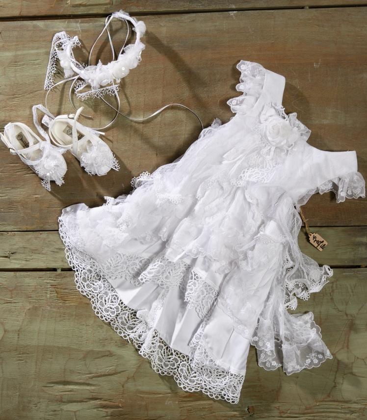 #christening #girl #baptism #whitedress Ένα λευκό αστραφτερό βαφτιστικό σύνολο για κορίτσια που περιλαμβάνει: Φόρεμα (φόδρα από 100% βαμβάκι) με στρώσεις από δαντέλα και μεγάλο χειροποίητο υφασμάτινο τριαντάφυλο Στεφάνι με ασορτί λουλούδια Μπαλαρίνες με φίόγκους από δαντέλα και λουλούδια Για όλες τις κομψές δεσποσύνες! Τιμή: 178 Ε + 60 Ε μπαλαρίνες Διαθέσιμο σε όλα τα νούμερα κατόπιν παραγγελίας. Εαν επιθυμείτε κάτι ακόμα πιο ιδιαίτερο επικοινωνήστε μαζί μας και θα χαρούμε να το δημιουργήσουμε αποκλειστικά για εσάς.
