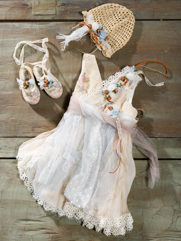 #boho #tulle #christening dress Ένα βαφτιστικό σύνολο για κορίτσι με αναγεννησιακό αέρα που περιλαμβάνει: Φόρεμα (φόδρα από 100% βαμβάκι) φλοράλ με στρώσεις από τούλι και δαντέλα και κοραλί λουλούδια Καπέλο πλεγμένο στο χέρι με βελονάκι Μπαλαρίνες φλοράλ διακομησμένες με ασορτί λουλούδια και κορδέλες Για να στολίσει τα μικρά μας έργα τέχνης! Τιμή: 180 Ε + 60Ε μπαλαρίνες Διαθέσιμο σε όλα τα νούμερα κατόπιν παραγγελίας.