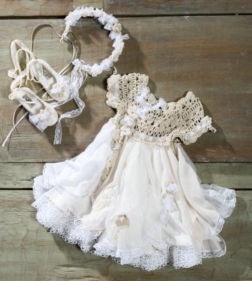"#vintage #boho #crochet Ένα ""αφράτο"" βαφτιστικό σύνολο για κορίτσι σε εκρού χρωματισμούς που περιλαμβάνει: Φόρεμα (φόδρα από 100% βαμβάκι) με μπούστο πλεγμένο στο χέρι με βελονάκι και πλούσια η φούστα με δαντέλες διακοσμημένα με υφασμάτινα λουλούδια Στεφάνι χειροποίητο Μπαλαρίνες διακοσμημένες με ασορτί δαντέλες και πλεκτά λουλούδια Για τα πιο ευαίσθητα πλασματάκια! Τιμή: 180 Ε + 60Ε μπαλαρίνες Διαθέσιμο σε όλα τα νούμερα κατόπιν παραγγελίας. Εαν επιθυμείτε κάτι ακόμα πιο ιδιαίτερο επικοινωνήστε μαζί μας και θα χαρούμε να το δημιουργήσουμε αποκλειστικά για εσάς."