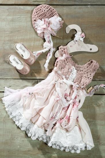 #vintage #floral #rose #christening Ένα ρομαντικό και μποέμ βαφτιστικό σύνολο για κορίτσι με φλοράλ μοτίβο που περιλαμβάνει: Φόρεμα (φόδρα από 100% βαμβάκι) σε ροζ αποχρώσεις με μπούστο πλεγμένο στο χέρι με βελονάκι και φούστα με δαντέλα και φλοράλ λεπτομέρεια Καπέλο πλεγμένοσ το χέρι με βελονάκι Παπουτσάκια ροζ με αστραφτερή υφή Για να τυλίξει τις μικρές δεσποινίδες με ροδοπέταλα! Τιμή: 190 Ε + 60Ε μπαλαρίνες Διαθέσιμο σε όλα τα νούμερα κατόπιν παραγγελίας.