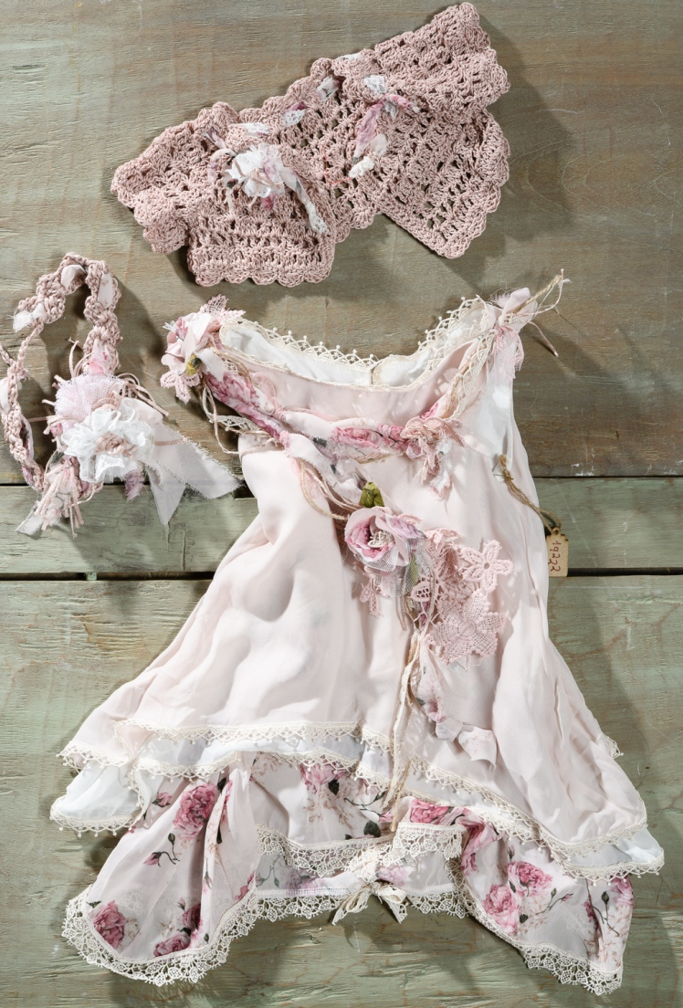 #christening #floral #roses Ένα  φλοράλ βαφτιστικό σύνολο για κορίτσι σε πρωτότυπη γραμμή που περιλαμβάνει:      Φόρεμα (φόδρα από 100% βαμβάκι) σε ροζ αποχρώσεις με ασύμμετρη φούστα φτιαγμένη από στρώσεις μουσελίνας και χειροποίητες λεπτομέρειες από υφασμάτινα λουλούδια     Στεφάνι πλεγμένο στο χέρι με βελονάκι     Μπολερό πλεγμένο στο χέρι με βελονάκι ασορτί με το σύνολο  Για να τονίσει τα πιο τρυφερά προσωπάκια!  Τιμή: 200 Ε  Διαθέσιμο σε όλα τα νούμερα κατόπιν παραγγελίας.