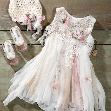 #bohochic #dress #babygirl Ένα διαφορετικό βαφτιστικό σύνολο για κορίτσι με ποικιλία υφών και χρωμάτων που περιλαμβάνει: Φόρεμα (φόδρα από 100% βαμβάκι) σε τόνους λευκού, ροζ και μπεζ με μπούστο από δαντέλα, φούστα από τούλια και μουσελίνα και χειροποίητες λεπτομέρειες από υφασμάτινα λουλούδια Καπελάκι πλεγμένο στο χέρι με βελονάκι Παπουτσάκια σε λαμπερό ροζ Για τις πιο σοφιστικέ δεσποινίδες! Τιμή: 195 Ε Διαθέσιμο σε όλα τα νούμερα κατόπιν παραγγελίας.