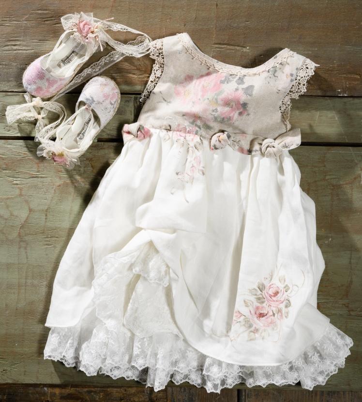 #vintage #handpainted #girl #christening Ένα νοσταλγικό βαφτιστικό σύνολο για κορίτσι με φλοράλ μοτίβο ζωγραφισμένο στο χέρι που περιλαμβάνει: Φόρεμα (φόδρα από 100% βαμβάκι) με φλοράλ μπούστο και ζωγραφισμένα στο χέρι λουλούδια Εσπαντρίγιες σε ασορτί φλοράλ ύφασμα Για να στολίσει vintage στιγμές! Τιμή: 190 Ε + 60Ε μπαλαρίνες Διαθέσιμο σε όλα τα νούμερα κατόπιν παραγγελίας.