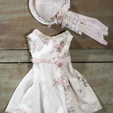 #vintage #christening #dress Ένα δίχρωμο βαφτιστικό σύνολο για κορίτσι ζωγραφισμένο στο χέρι που περιλαμβάνει: Φόρεμα (φόδρα από 100% βαμβάκι) με ζωνάκι, συνδυασμό 2 υφασμάτων και ζωγραφισμένα στο χέρι λουλούδια Ψάθινο καπελάκι Για ασυνήθιστα κομψές εμφανίσεις! Τιμή: 185 Ε Διαθέσιμο σε όλα τα νούμερα κατόπιν παραγγελίας. Εαν επιθυμείτε κάτι ακόμα πιο ιδιαίτερο επικοινωνήστε μαζί μας και θα χαρούμε να το δημιουργήσουμε αποκλειστικά για εσάς.