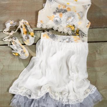 #croptop #twopiecedress #christeninggirl Ένα trendy βαφτιστικό σύνολο για κορίτσι σε 2 κομμάτια με crop top που περιλαμβάνει: Μπλούζα crop top (φόδρα από 100% βαμβάκι) με φλοράλ μοτίβο και τούλι Φούστα με φλοραλ ψηλή ζώνη και πλούσιο τελείωμα Ασορτί εσπαντρίγιες διακοσμημένες με υφασμάτινα λουλούδια Για τις μικρές κυρίες που ακολουθούν τα trend με το δικό τους τρόπο! Τιμή: 190 Ε + 60 Ε οι εσπαντρίγιες Διαθέσιμο σε όλα τα νούμερα κατόπιν παραγγελίας. Εαν επιθυμείτε κάτι ακόμα πιο ιδιαίτερο επικοινωνήστε μαζί μας και θα χαρούμε να το δημιουργήσουμε αποκλειστικά για εσάς.