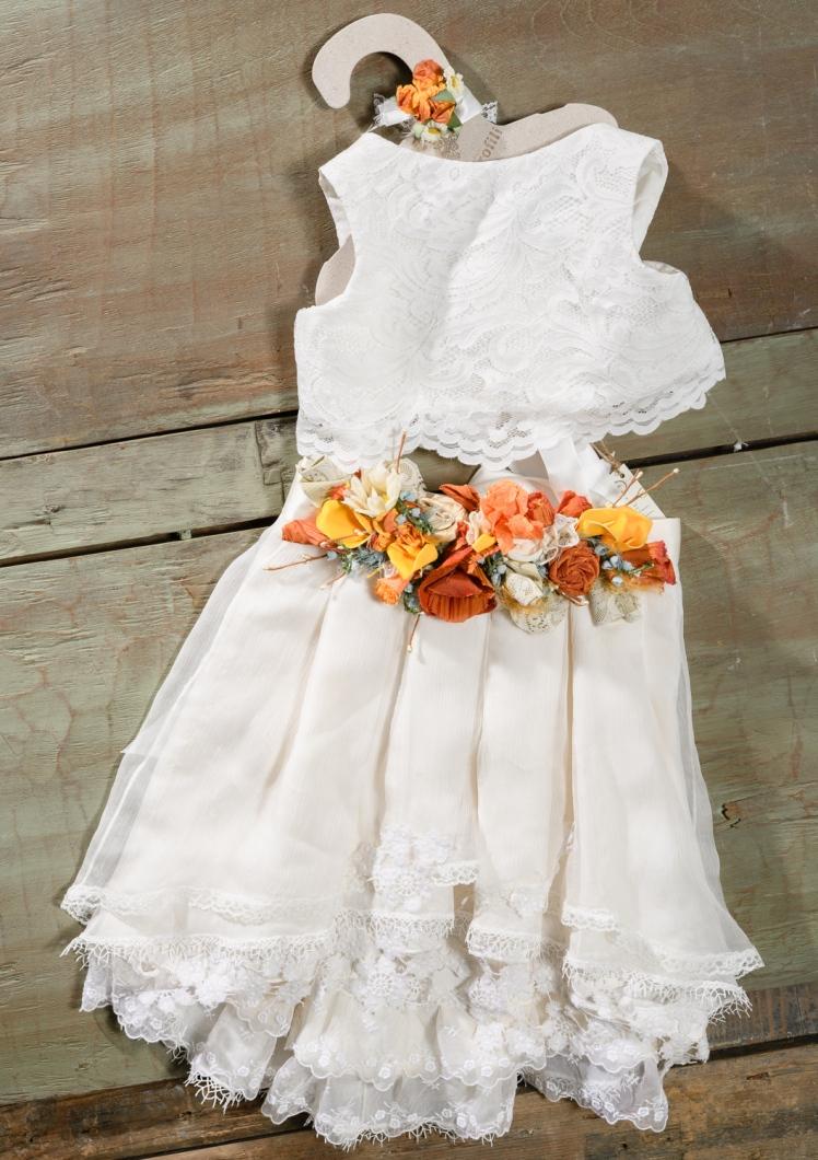 #colourful #dress #croptop #christening Ένα έντονο βαφτιστικό σύνολο για κορίτσι με πολύχρωμα λουλούδια και crop top που περιλαμβάνει:      Μπλούζα crop top (φόδρα από 100% βαμβάκι) με λευκή δαντέλα     Φούστα με ψηλή ζώνη από πολύχρωμα  λουλούδια     Ασορτί στεφάνι διακοσμημένο με υφασμάτινα λουλούδια  Για τις δεσποινίδες που κάνουν μόνο αξέχαστες εμφανίσεις!
