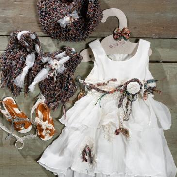 #bohodress #crochet #christeningdress Ένα εναλλακτικό βαφτιστικό σύνολο για κορίτσι με χρωματιστές πινελιές που περιλαμβάνει: Φόρεμα (φόδρα από 100% βαμβάκι) λευκό με πολύχρωμο ζωνάκι από χάντρες υφασμάτινα λουλούδια και κορδέλες και χρωματιστές λεπτομέρειες στη φούστα Καπελάκι πλεγμένο στο χέρι με βελονάκι Μποέμ μπολερό πλεγμένο στο χέρι με βελονάκι Πέδιλα δερμάτινα με κορδέλες Για την μικρή κυρία που ξεχωρίζει στο πλήθος! Τιμή: 200 Ε + 60 Ε πέδιλα Διαθέσιμο σε όλα τα νούμερα κατόπιν παραγγελίας. Εαν επιθυμείτε κάτι ακόμα πιο ιδιαίτερο επικοινωνήστε μαζί μας και θα χαρούμε να το δημιουργήσουμε αποκλειστικά για εσάς.