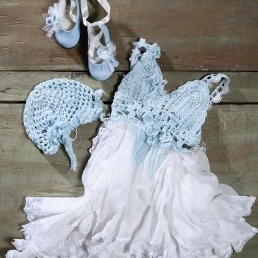 #christening #girloutfit #ciel #crochet Ένα boho chic σύνολο σε απαλό σιέλ που περιλαμβάνει: Φόρεμα (φόδρα από 100% βαμβάκι) με μπούστο πλεγμένο στο χέρι με βελονάκι και πλούσια πολυεπίπεδη φούστα με δαντέλα Καπέλο πλεγμένο στο χέρι με βελονάκι Μπαλαρίνες διακομησμένες με ασορτί λουλούδια και κορδέλες Για όλες τις αιθέριες μικρές δεσποινίδες! Τιμή: 188 Ε + 60Ε μπαλαρίνες Διαθέσιμο σε όλα τα νούμερα κατόπιν παραγγελίας.
