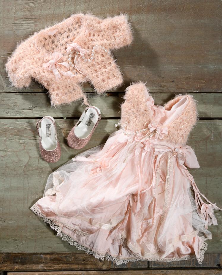 #totalpink #christeningdress #pearl Ένα πλούσιο girly βαφτιστικό σύνολο για κορίτσι σε ροζ τόνους που περιλαμβάνει: Φόρεμα (φόδρα από 100% βαμβάκι) σε ροζ αποχρώσεις με φούστα από δαντέλα,τούλι και κορδέλες Γιλεκάκι ή μπολερό με πέρλες και χνουδωτή υφή Παπουτσάκια σε λαμπερό ροζ Για τις δεσποινίδες που ξέρουν να κάνουν εντυπωσιακή είσοδο! Τιμή: 200 Ε + 60Ε μπαλαρίνες Διαθέσιμο σε όλα τα νούμερα κατόπιν παραγγελίας. Ταιριάζει απόλυτα με το σετ βάφτισης Felicity