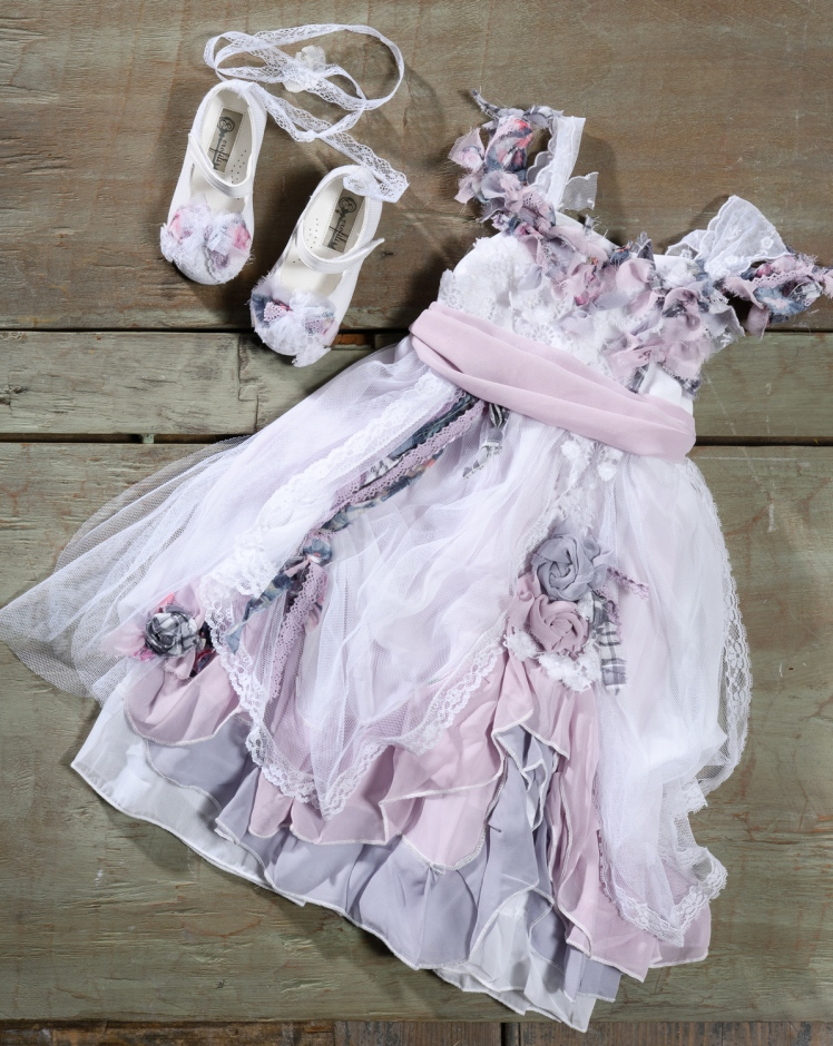 #lilac #bohodress #christening #flowergirl Ένα ξένοιαστο βαφτιστικό σύνολο για κορίτσι με παραμυθένια διάθεση που περιλαμβάνει: Φόρεμα (φόδρα από 100% βαμβάκι) σε αποχρώσεις ροζ και λιλά με φούστα από δαντέλα,τούλι και κορδέλες και ιδιαίτερη λεπτομέρεια στους ώμους Μπαλαρίνες διακοσμημένες με ασορτί κορδέλες Για να μην μπορεί κανείς να πάρει τα μάτια του από την πριγκίπισσα! Τιμή: 180 Ε + 60Ε μπαλαρίνες Διαθέσιμο σε όλα τα νούμερα κατόπιν παραγγελίας. Ταιριάζει απόλυτα με το σετ βάφτισης Inez