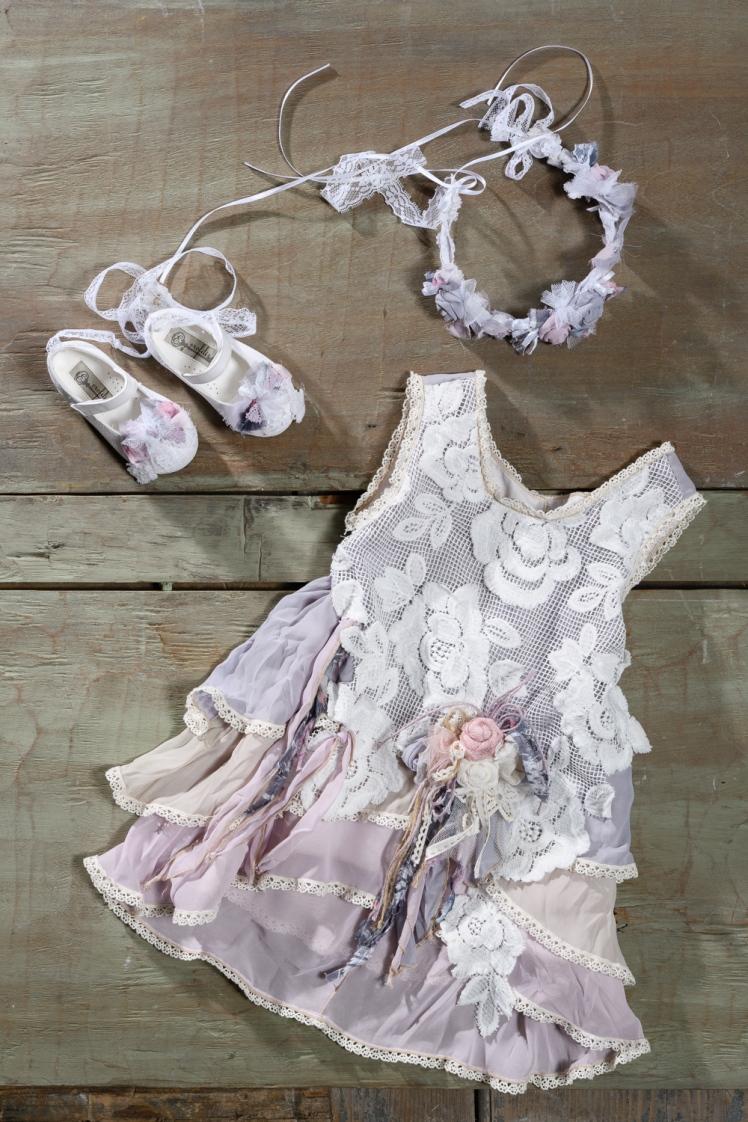 #layeredress #flowergirl #babygirl Ένα ρετρό βαφτιστικό σύνολο για κορίτσι εμπνευσμένο από το τριαντάφυλλο που περιλαμβάνει: Φόρεμα (φόδρα από 100% βαμβάκι) με δαντέλα στο μπούστο, ασύμμετρο τελείωμα και 3 στρώσεις μουσελίνας Στεφανάκι ασορτί Μπαλαρίνες διακοσμημένες με ασορτί κορδέλες Για εμφανίσεις με αέρα άλλης εποχής! Τιμή: 195 Ε + 60 Ε πέδιλα Διαθέσιμο σε όλα τα νούμερα κατόπιν παραγγελίας. Εαν επιθυμείτε κάτι ακόμα πιο ιδιαίτερο επικοινωνήστε μαζί μας και θα χαρούμε να το δημιουργήσουμε αποκλειστικά για εσάς.