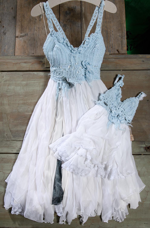 #motherdaughter #mommyandme #youandme #likemotherlikedaughter #matchingstyle #momanddaughter #minime #minimeoutfits #matching #minimelook #familylook #twinning Ένα παραμυθένιο μεσάτο φόρεμα σε απαλό σιέλ. Το μοναδικό, φτιαγμένο στο χέρι με βελονάκι μπούστο του, σε συνδυασμό με την πλούσια και ανάλαφρη φούστα το κάνουν να αναδεικνύει εύκολα τη γυναικεία γραμμή. Ένα κομμάτι πολύ καλοκαιρινό και ξεχωριστό, για να ντύσει ονειρεμένες στιγμές.Τιμή: 250 Ε (στεφάνι ή κολιέ περιλαμβάνεται στο σετ)