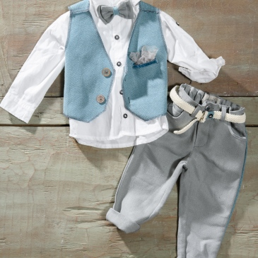 #babyboy #christening Ένα αεράτο βαφτιστικό σετ για αγόρι σε θαλασσί τόνους που περιλαμβάνει: Πουκάμισο λευκό Γιλέκο θαλασσί με πρωτότυπα κουμπιά Παντελόνι γκρι με ασορτί λεπτομέρεια Παπιγιόν ασορτί Ζώνη ασορτί Για τους φίλους του απέραντου γαλάζιου! Διαθέσιμο σε όλα τα νούμερα κατόπιν παραγγελίας. Τιμή: 180 Ε Εαν επιθυμείτε κάτι ακόμα πιο ιδιαίτερο επικοινωνήστε μαζί μας και θα χαρούμε να το δημιουργήσουμε αποκλειστικά για εσάς.
