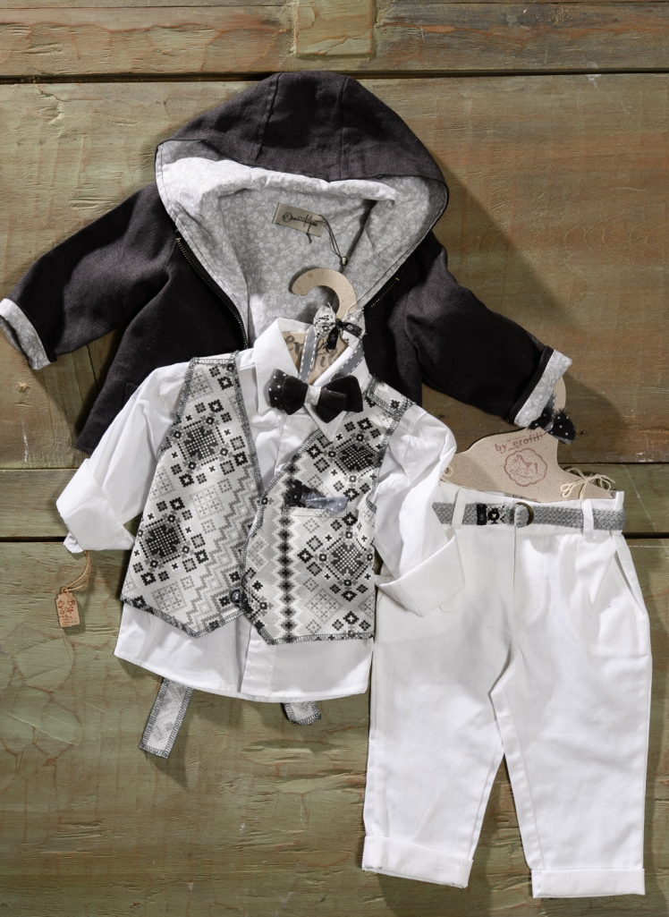 #blackandwhite #christening #littlemister Ένα τέλεια συνδυασμένο βαφτιστικό σετ για αγόρι με απρόμαυρο print που περιλαμβάνει: Πουκάμισο λευκό Παντελόνι λευκό Γιλέκο με ασπρόμαυρο print Ζώνη Σακάκι- φούτερ Για τους μικρούς κυρίους που είναι πάντα στην πένα! Διαθέσιμο σε όλα τα νούμερα κατόπιν παραγγελίας. Τιμή: 185 Ε Εαν επιθυμείτε κάτι ακόμα πιο ιδιαίτερο επικοινωνήστε μαζί μας και θα χαρούμε να το δημιουργήσουμε αποκλειστικά για εσάς.