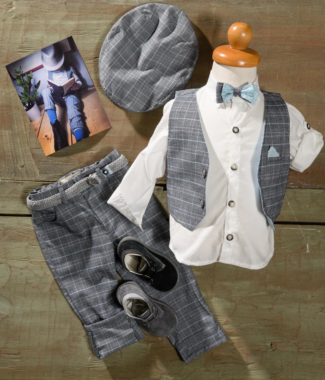 #noir #retro #nostalgic #boychristening Ένα σικ βαφτιστικό σετ για αγόρι σε διαχρονικό καρό που περιλαμβάνει:      Πουκάμισο λευκό     Γιλέκο γκρι καρό  με μαντηλάκι στο πετό     Παντελόνι γκρι καρό     Παπιγιόν ασορτί     Ζώνη ασορτί     Τραγιάσκα     Μποτάκια  Για τον γόη του σινεμά νουάρ!  Διαθέσιμο σε όλα τα νούμερα κατόπιν παραγγελίας.  Τιμή: 190 Ε + 60 Ε μποτάκια  Εαν επιθυμείτε κάτι ακόμα πιο ιδιαίτερο επικοινωνήστε μαζί μας και θα χαρούμε να το δημιουργήσουμε αποκλειστικά για εσάς.